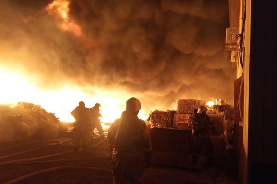 Площадь пожара составила 1200 квадратных метров.