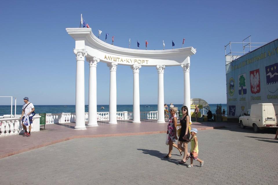 Отдохнуть в Крыму уже успели многие звезда российской эстрады.