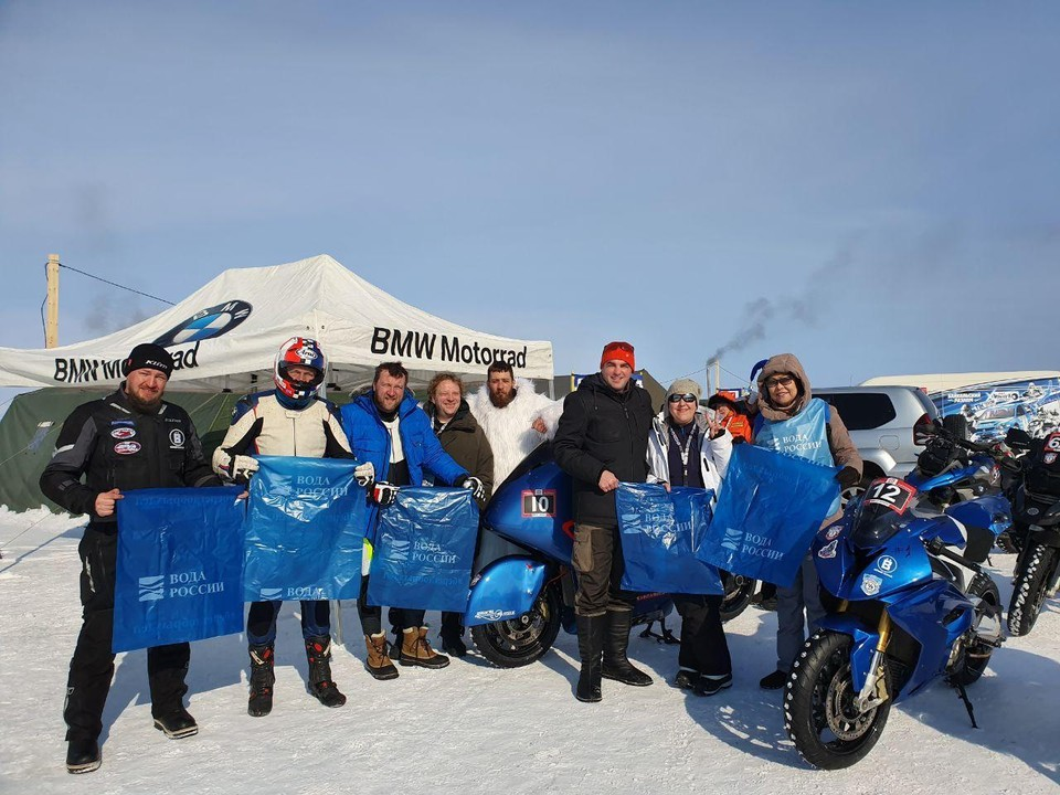 В рамках фестиваля скорости «Байкальская миля» на льду озера проводилась расчистка береговой линии Байкала