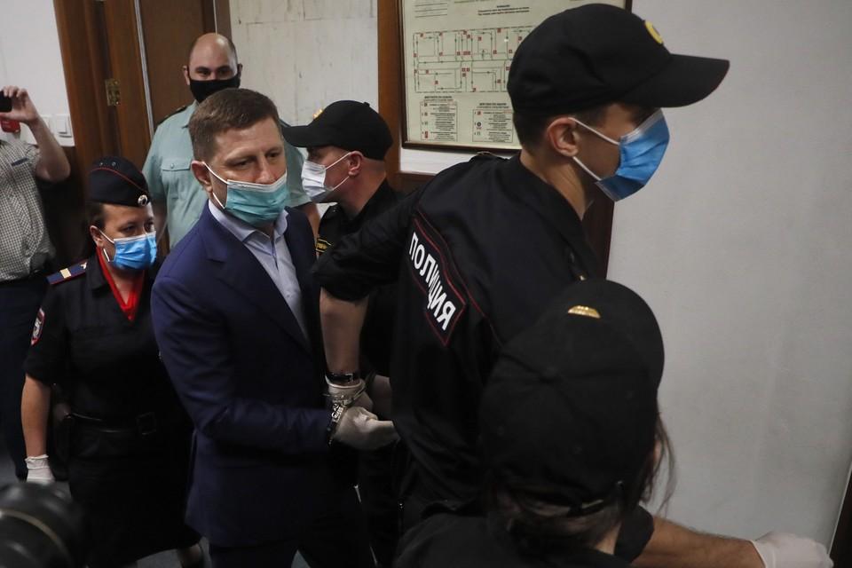 Напомним, что губернатора Хабаровского края задержали чуть больше суток назад прямо у здания администрации края. Фото: EPA/MAXIM SHIPENKOV/ТАСС