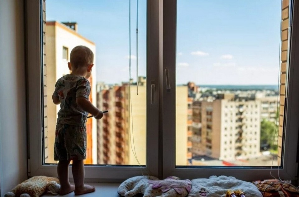 Специалисты советуют установить на окна спецзамки или снять ручки, если замков нет.