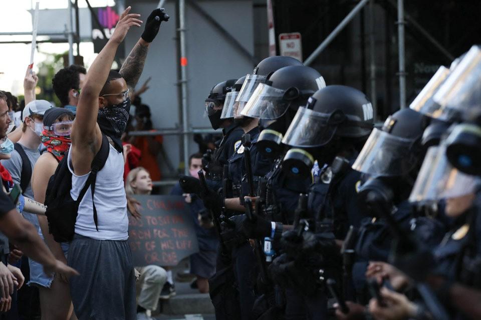 Участники акции протеста в связи с гибелью Джорджа Флойда