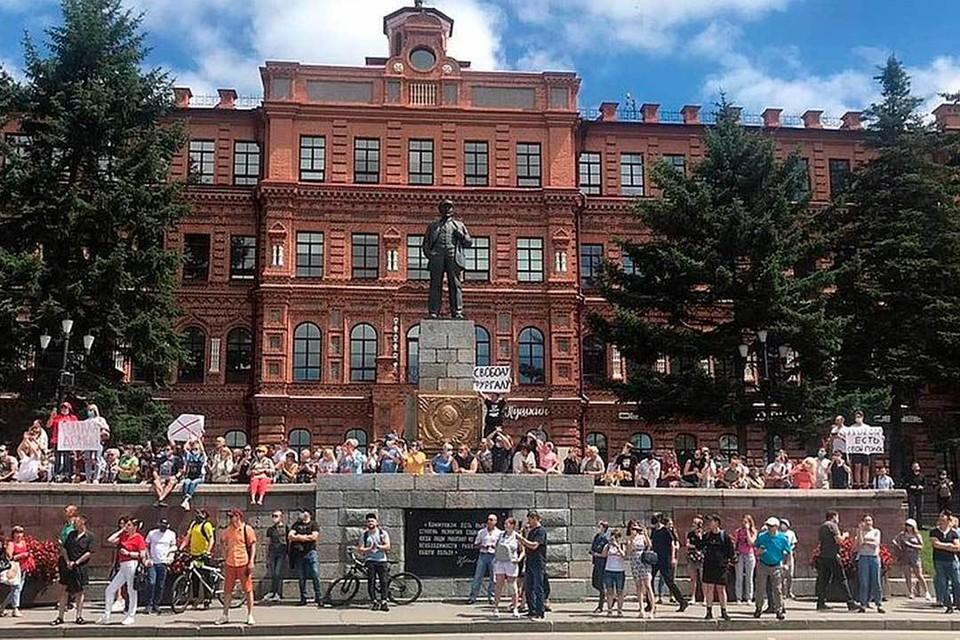 Митинг в поддержку арестованного и этапированного в столицу губернатора превратился в протест против неуважения центром самой дальней окраины страны.
