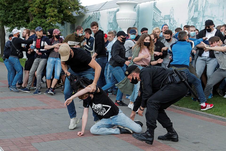 Люди выходят на несанкционированные митинги. Не стесняются бодаться с милицией