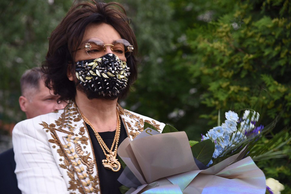 У Киркорова даже маска расшита камнями. Фото: Роман Родин