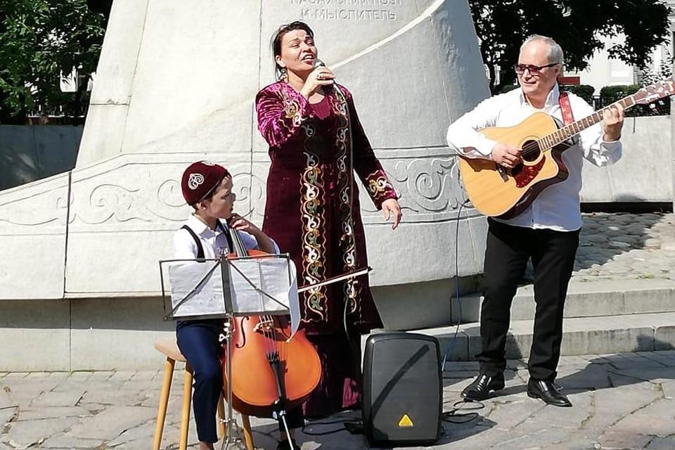 У памятника классику казахской словесности Абаю Кунанбаеву прошла музыкально-поэтическая акция.