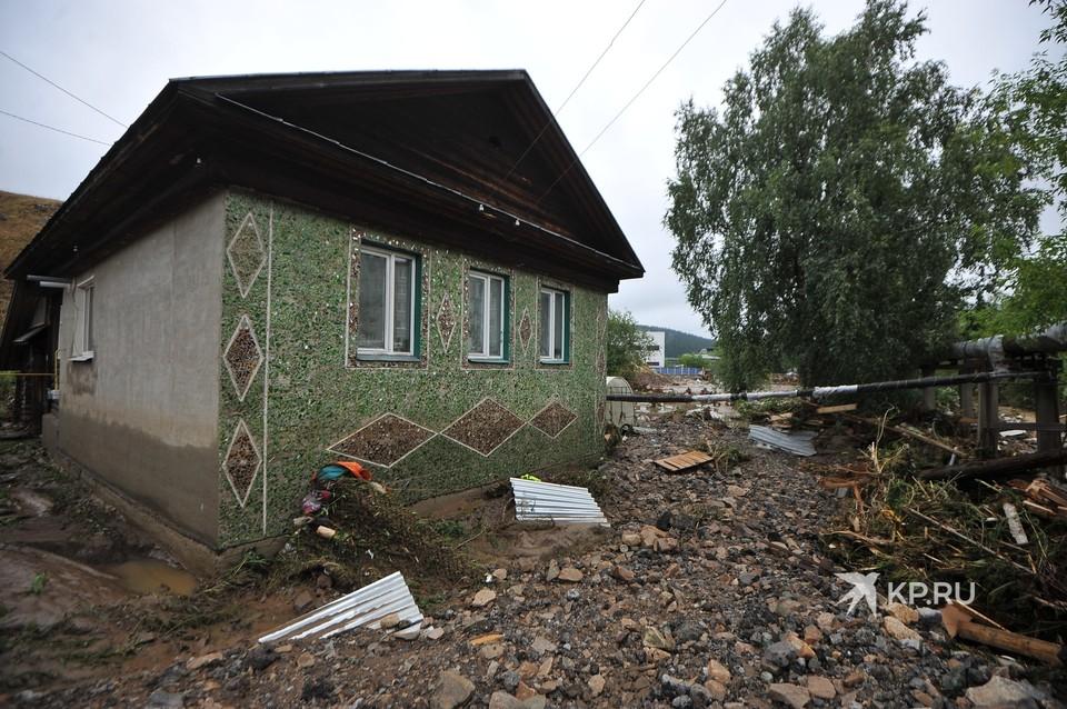 В Нижних Сергах, что в Свердловской области, после сильного ливня затопило полгорода.