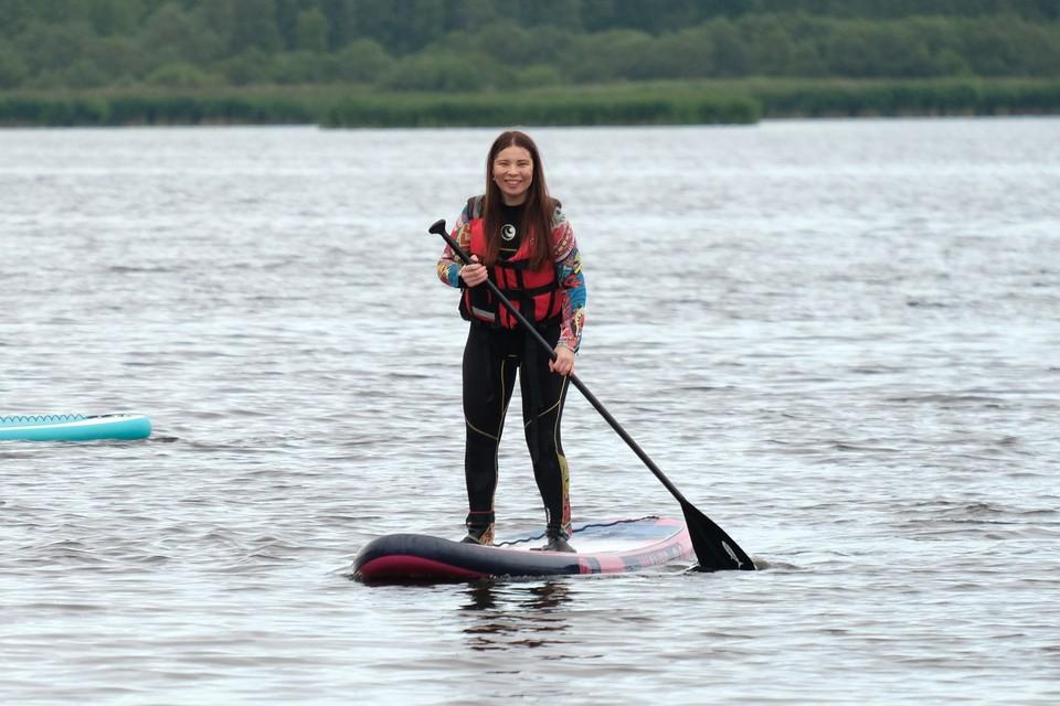 Как журналист «КП» впервые серфила по Лахтинскому разливу.