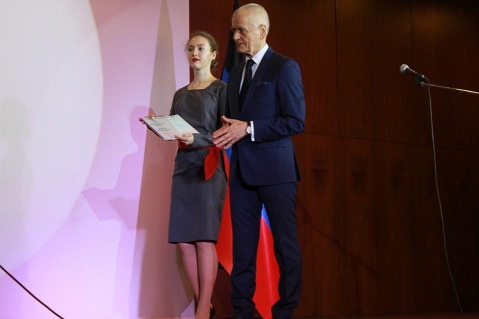 Геннадий Онищенко вручил красные дипломы российского образца лучшим выпускникам вузов Республики