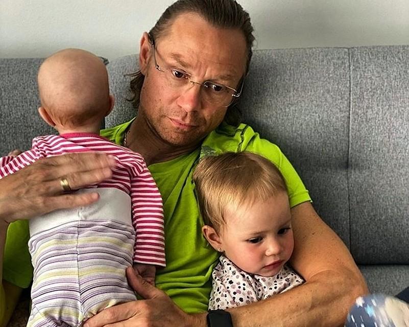 «С таким папой ничего не страшно»: тренер ФК «Ростов» прокатил дочь на чемодане
