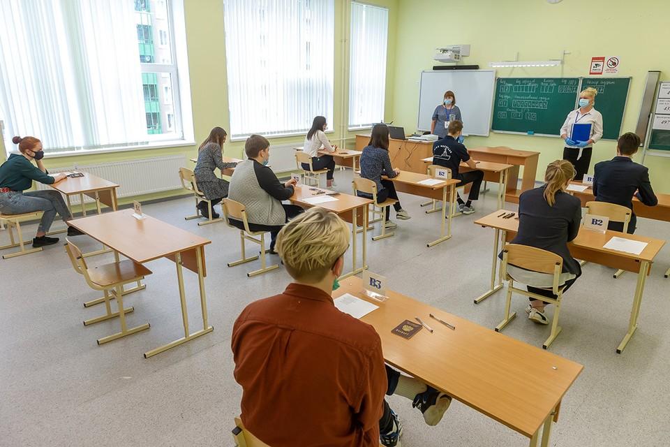 Санкт-Петербург. Учащиеся во время единого государственного экзамена (ЕГЭ) по русскому языку, июль 2020 г.