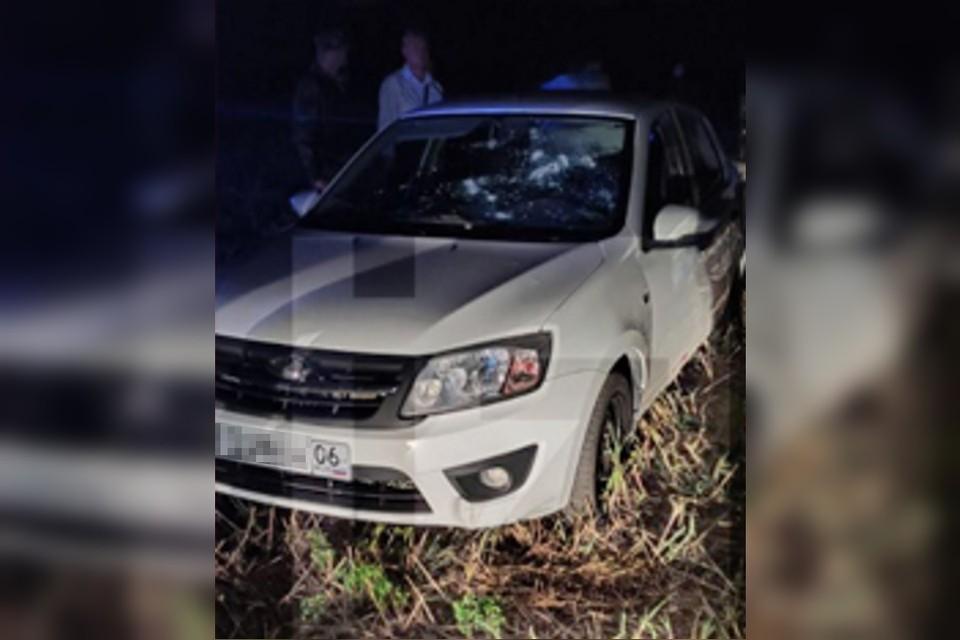 Неизвестные напали на машину сотрудника во время уединенной беседы с девушкой