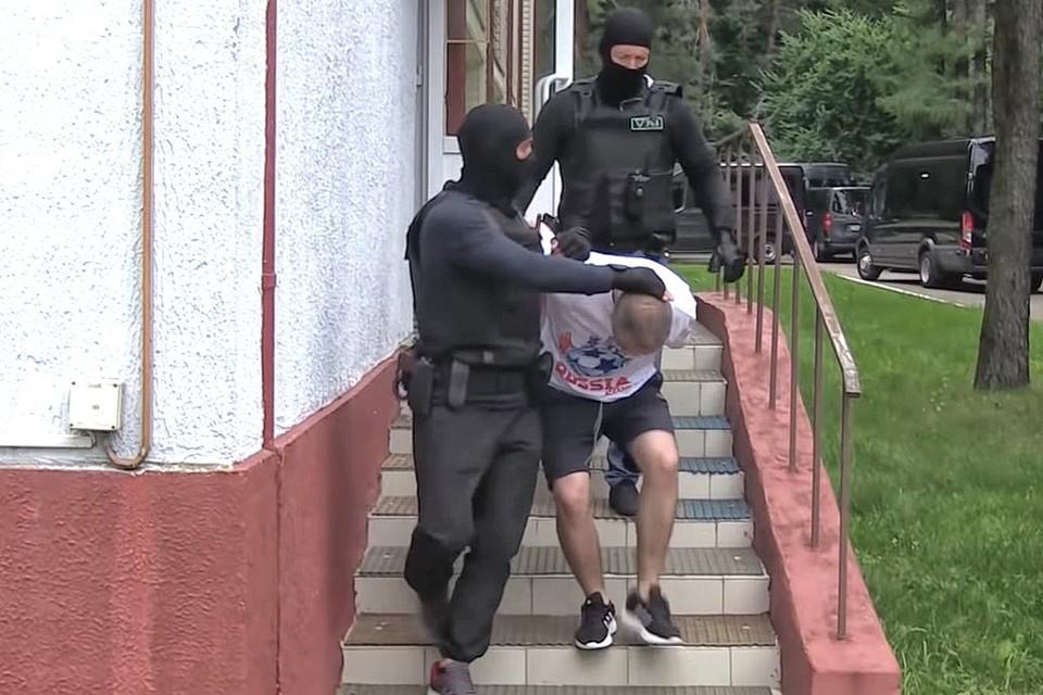 Оперативные кадры задержания группы россиян в белорусском отеле.
