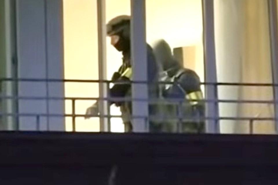 Момент задержания группы россиян в гостинице под Минском. Кадр из репортажа белорусского ТВ.