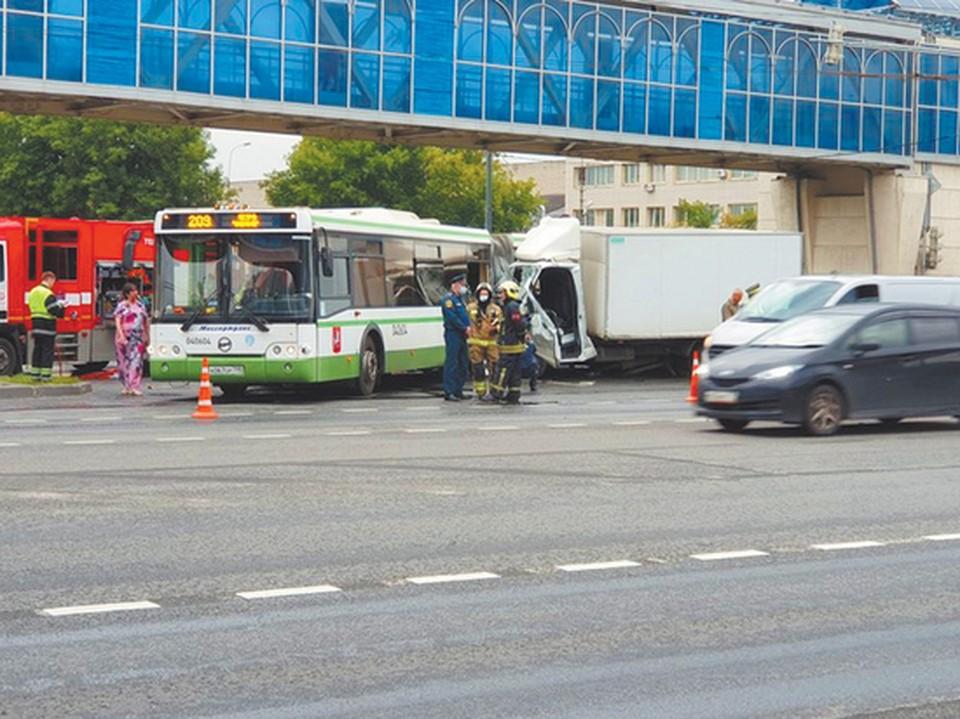 В страшной аварии погибла пассажирка автобуса и пострадали еще семь человек (Фото: mk.ru).