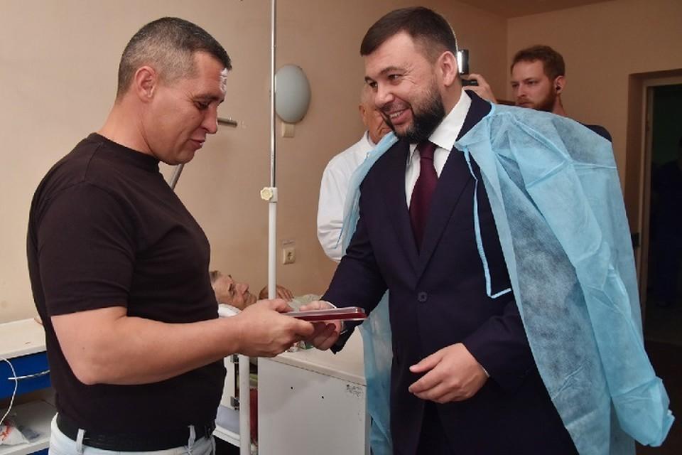 Денис Пушилин навестил пострадавшего при пожаре спасателя. Фото: denis-pushilin.ru