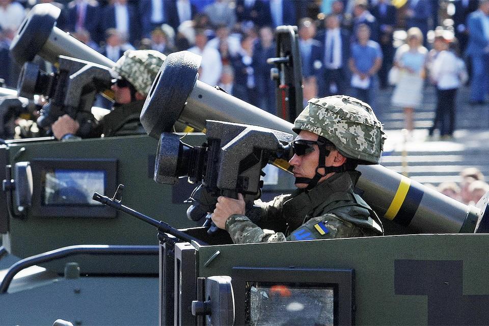 Украинские военнослужащие на параде в Киеве с американским оружием в руках.