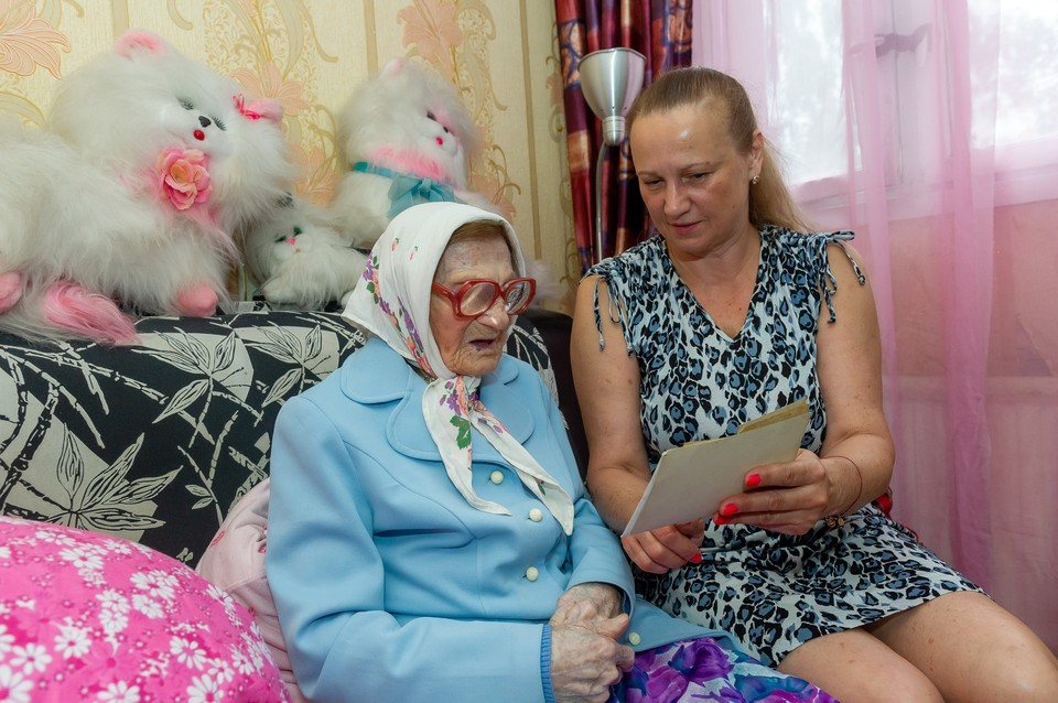 Ольге Арсентьевне во всем помогает внучка
