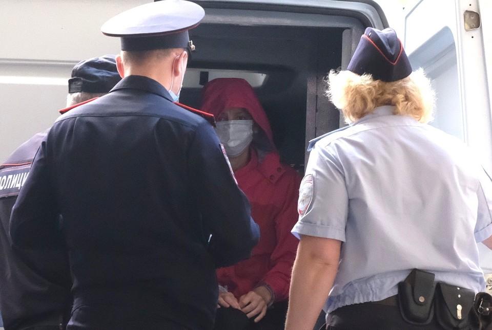 Марину привезли под конвоем