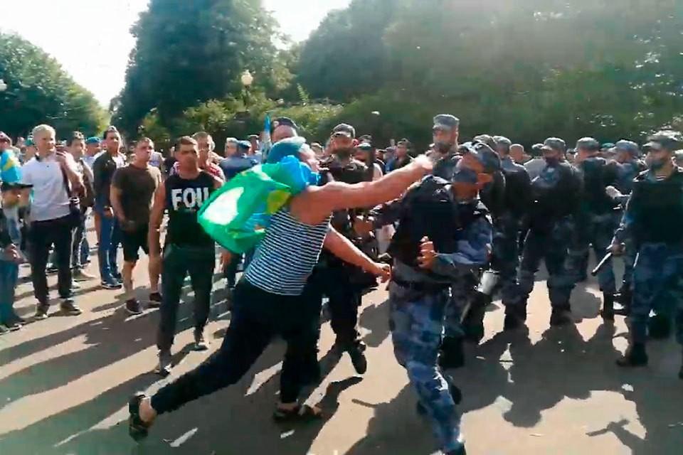 Момент драки между ОМОН и ВДВ в парке Горького попал на видео