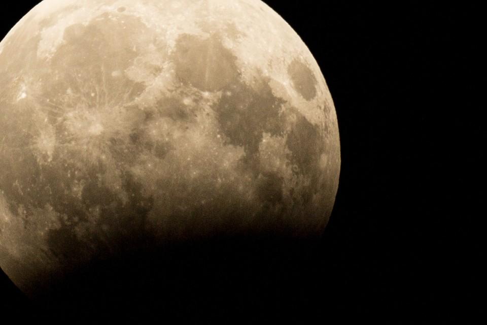 Грядущее полнолуние обещает стать особенным, как и весь этот год, - «осетровая луна» ночью будет необычайно яркой и большой.