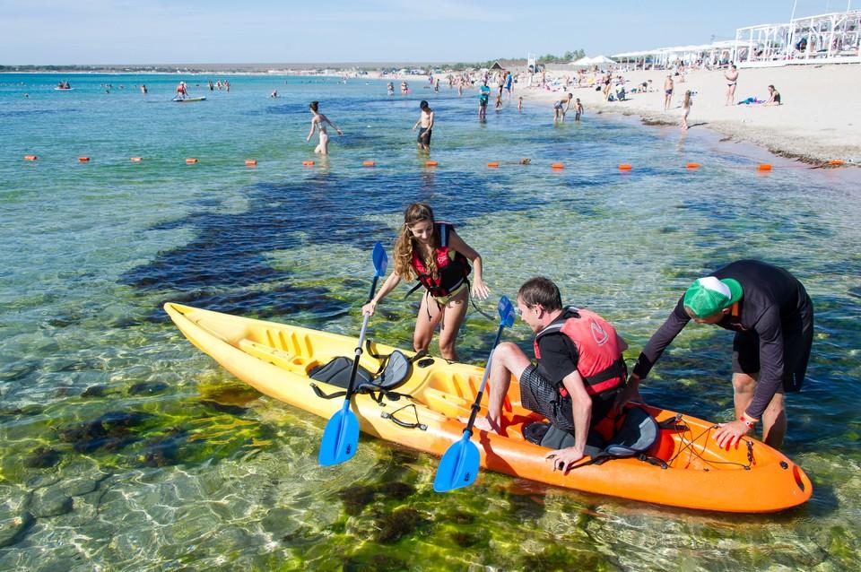 В Крыму спасли семью из четырех человек, отправившихся в путешествие в открытое море.