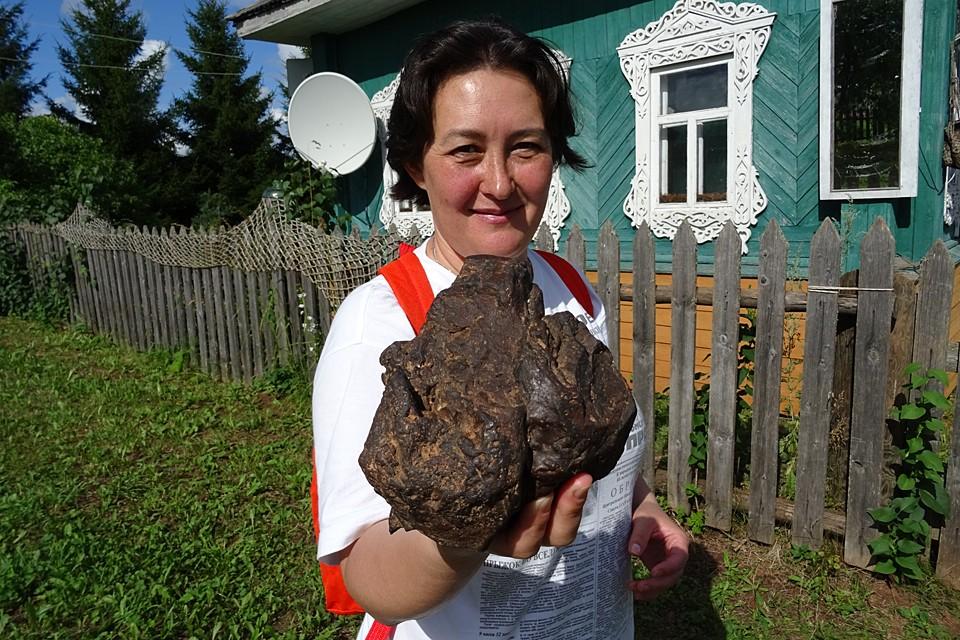 Наш корреспондент с оплавленным метеоритом в руках