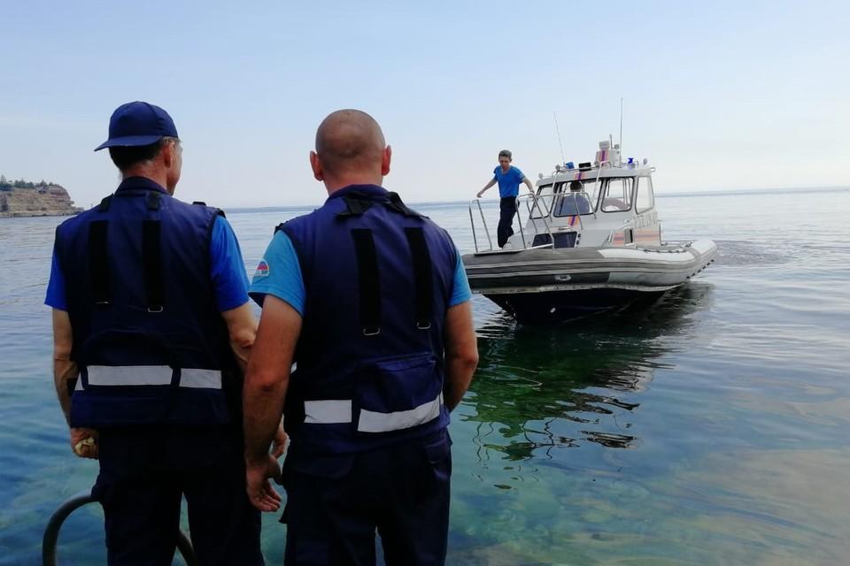 """После спасения мальчиков капитан """"Победы"""" передал их в руки спасателей, которые доставили детей на берег к родителям"""