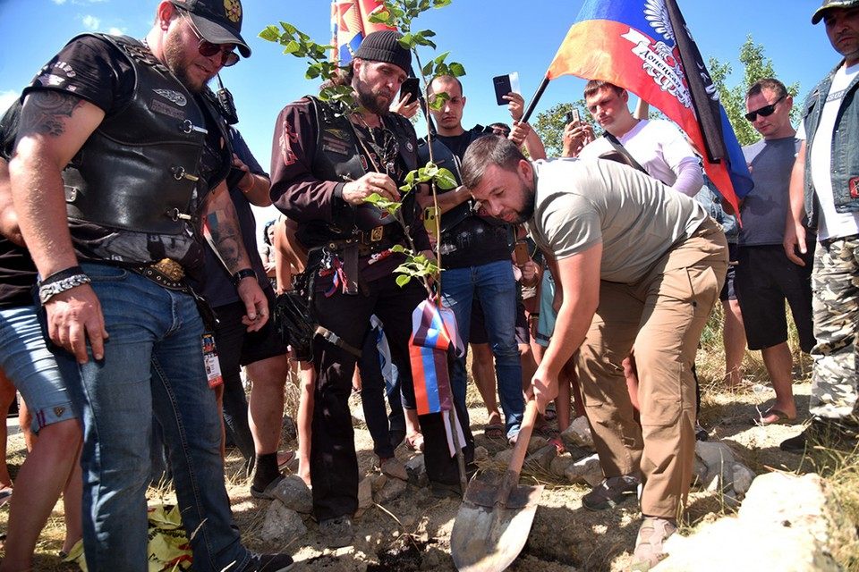 Глава ДНР и «Хирург» посадили дерево на аллее Русской весны под Севастополем. Фото: Сайт Главы ДНР
