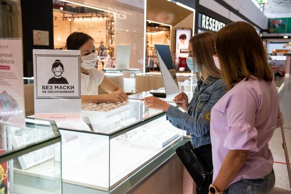 Хотя обязательный масочный режим отменили, во многих магазинах и официальных местах посетителей попросят одеть средства защиты