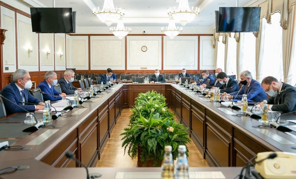 Глава РСО - А и руководитель Минтранса РФ обсудили развитие дорожной отрасли в Северной Осетии.
