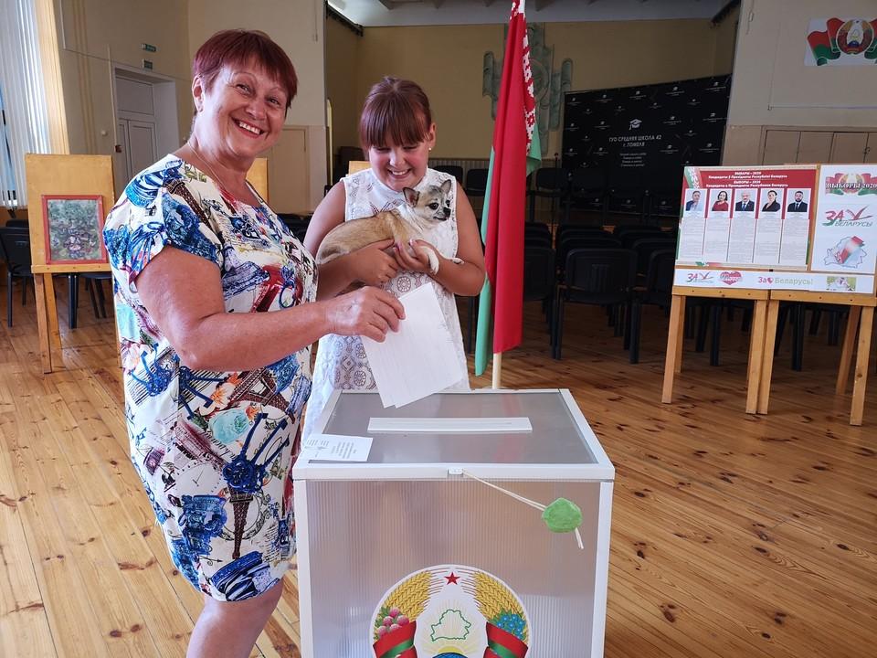 Избиратели приходили голосовать с детьми, внуками и домашними питомцами. Признавались, что никогда не видели такого ажиотажа на выборах.