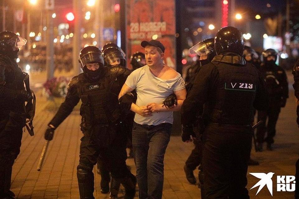 Милиция в Минске задерживает прохожих.