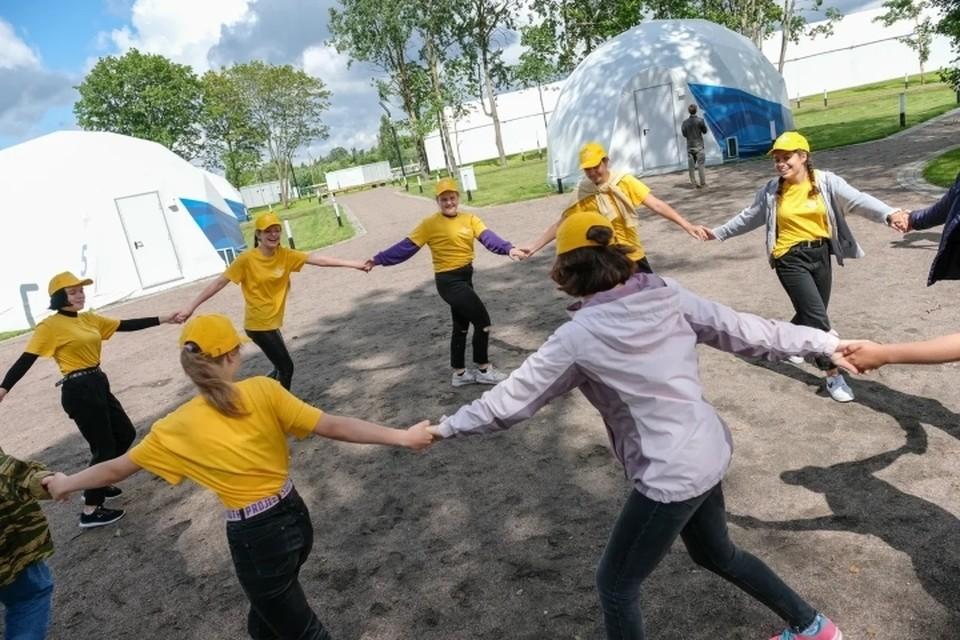 В Санкт-Петербурге и Ленобласти открываются новые детские лагеря после послаблений по коронавирусу.