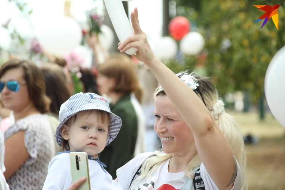 Женщины Барановичей присоединились к другим городам Беларуси и вышли на акции несогласия. Фото: Paulius Vazgauskas.