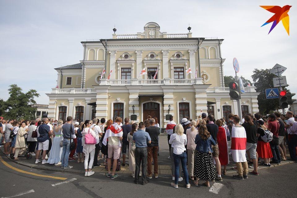 Утром 18 августа у Купаловского театра было многолюдно.