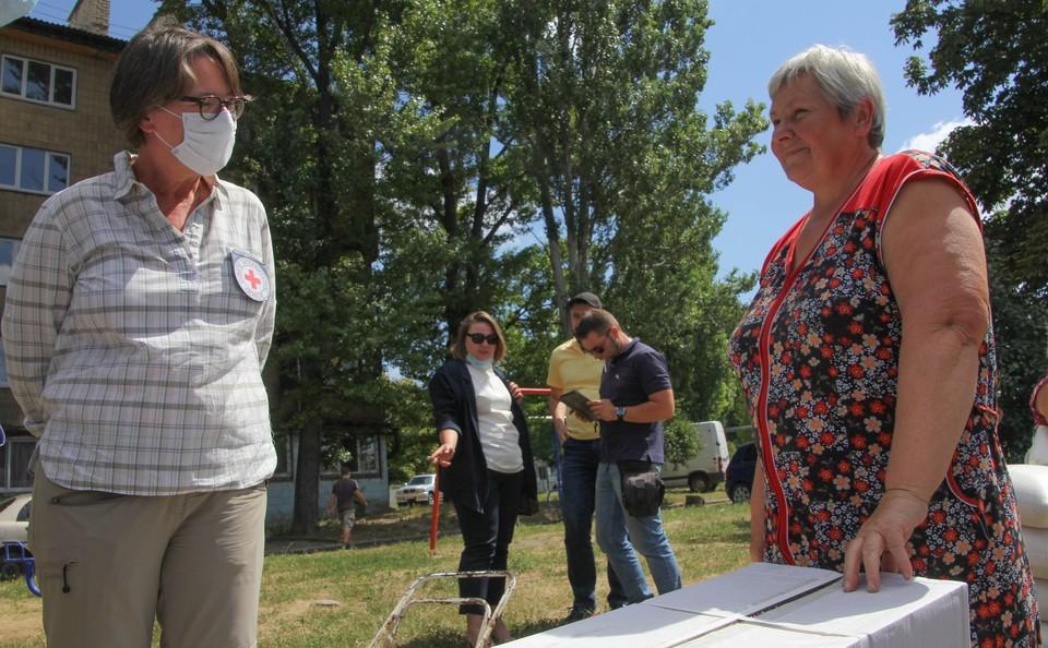 Глава Красного Креста на Украине Флоранс Жиллет пообщалась с жителями