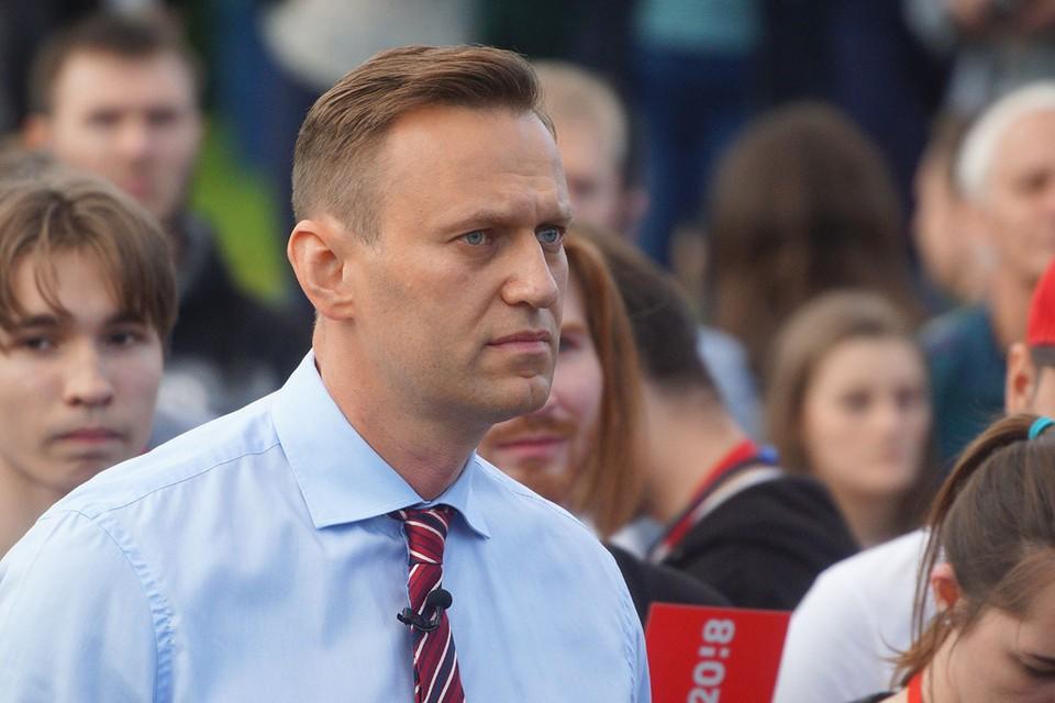 Известный блогер и оппозиционер Алексей Навальный в четверг утром летел из Томска в Москву. Уже в воздухе он почувствовал себя плохо.