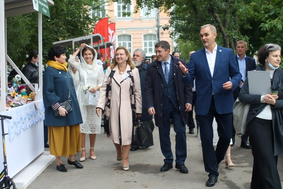 В Перми открылась благотворительная ярмарка «Белый цветок».