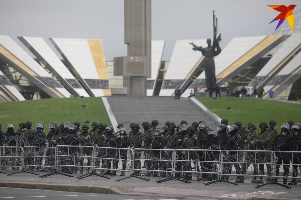 Стелу и музей оцепили колючей проволокой и выставили кордон из военных