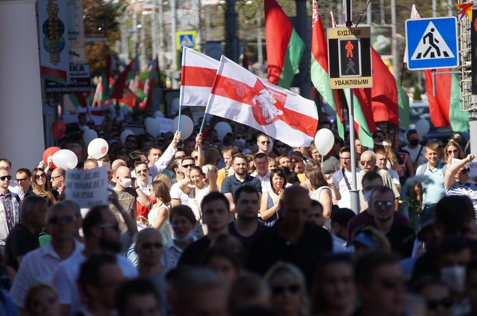Тренд акции в Гомеле - исторический и государственный флаги вместе