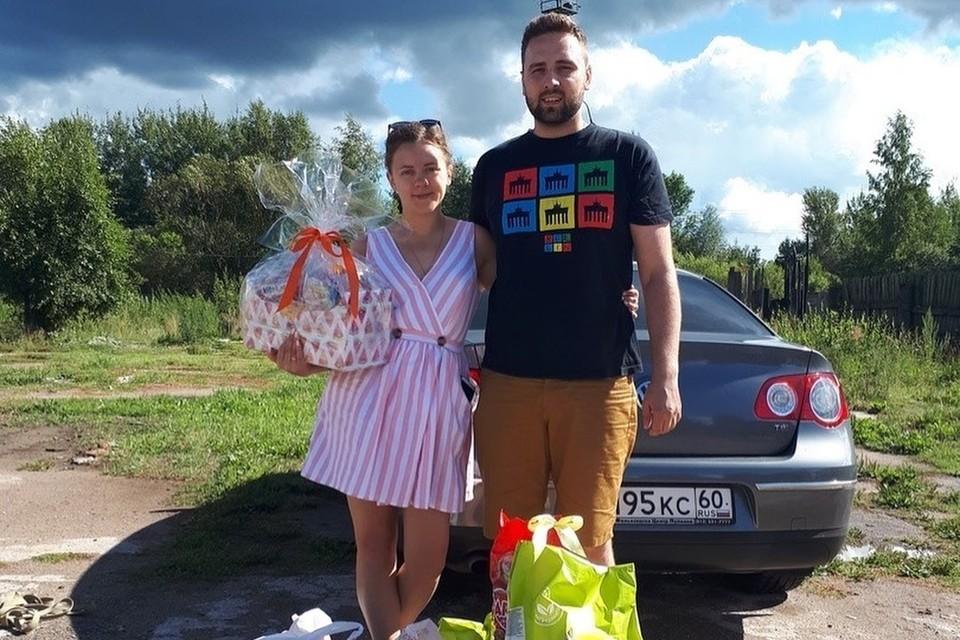 Корм для зоозащиты вместо цветов попросили псковские молодожены у гостей на свою свадьбу