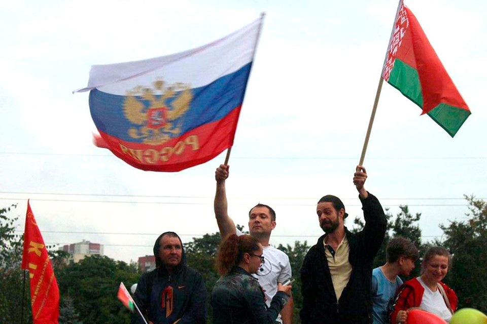 Тех, кто выходит под красно-зеленым государственным флагом Белоруссии, за союз с Россией – подавляющее большинство