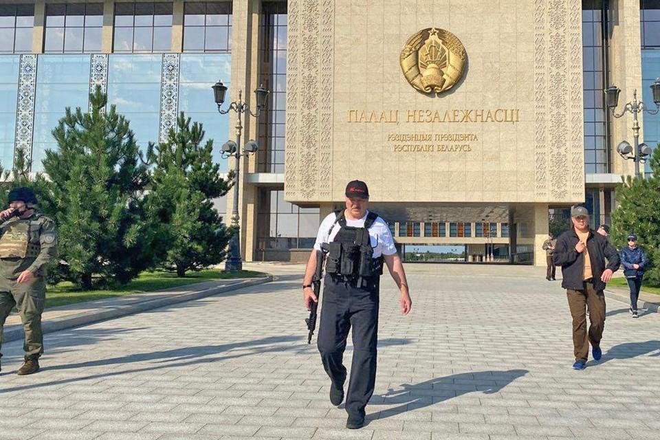 Александр Лукашенко с автоматом на площади Независимости. Фото: РИА НОВОСТИ