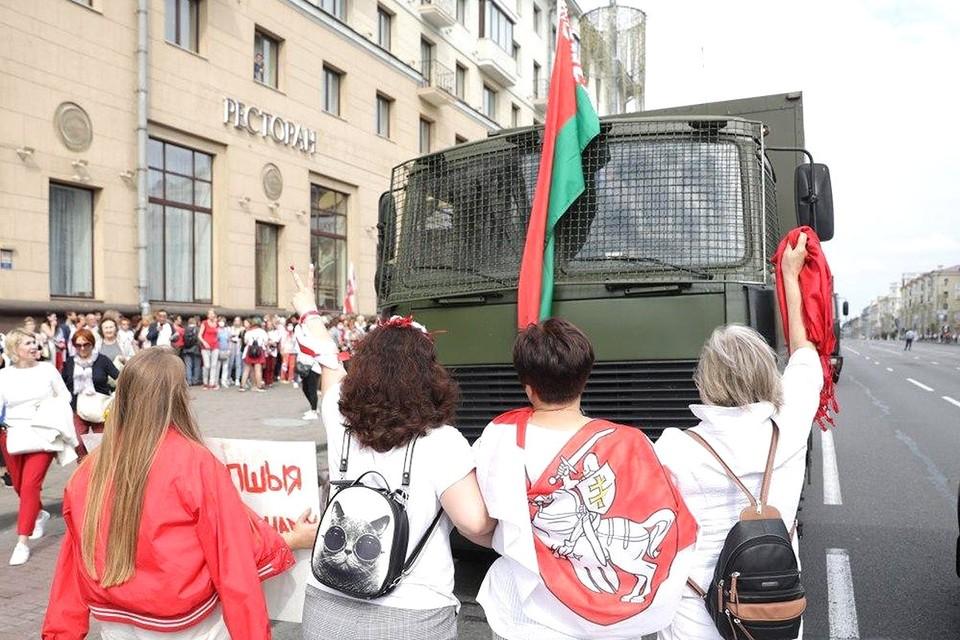 У грузового автомобиля ОМОНа, Минск, 30 августа.