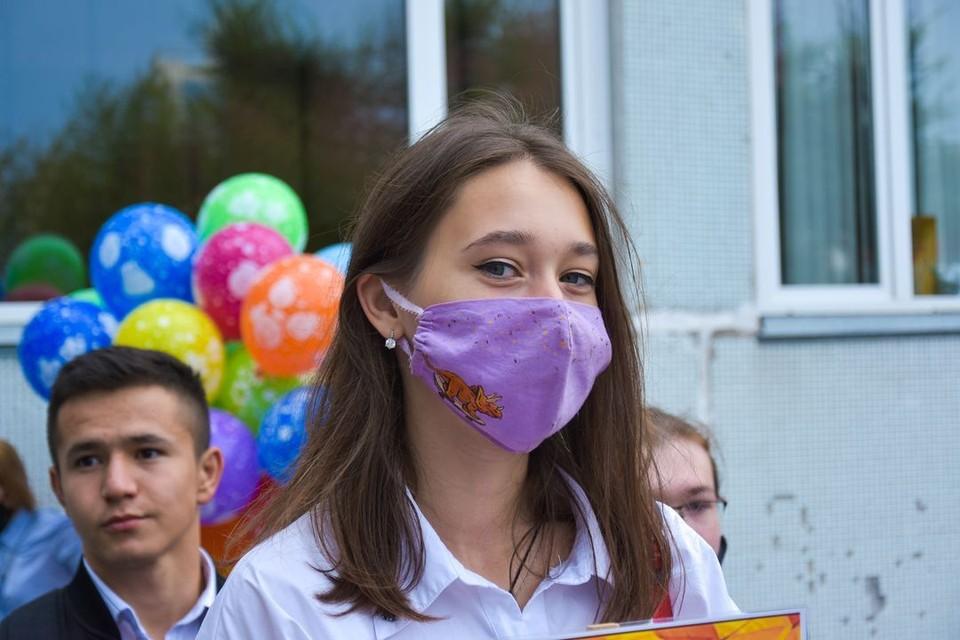 Из-за коронавируса школьники носят маски.