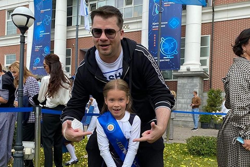 Гарик Харламов в одиночку отвёл дочь Настю в первый класс школы «Президент» в подмосковной Жуковке
