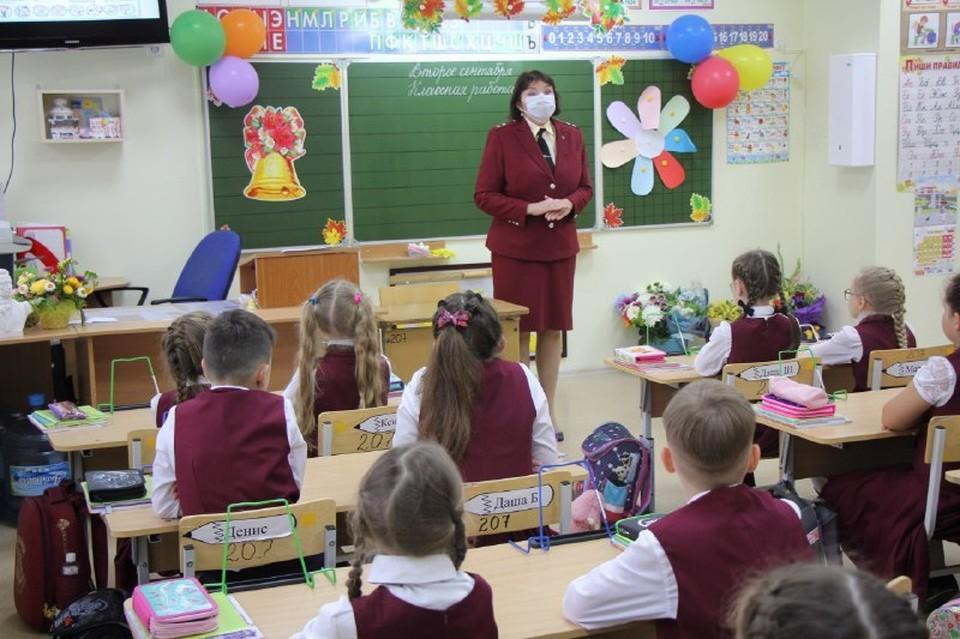 """Тюменским школьникам рассказывают про пользу вакцинации на уроках здоровья. Фото - """"Оперативный штаб. Тюмень""""."""