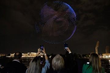 Красочное шоу дронов в честь конца Второй мировой войны прошло в Санкт-Петербурге