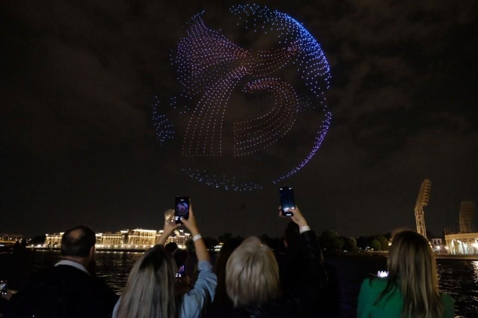 Рекордное шоу дронов прошло в Санкт-Петербурге в честь окончания Второй мировой войны.